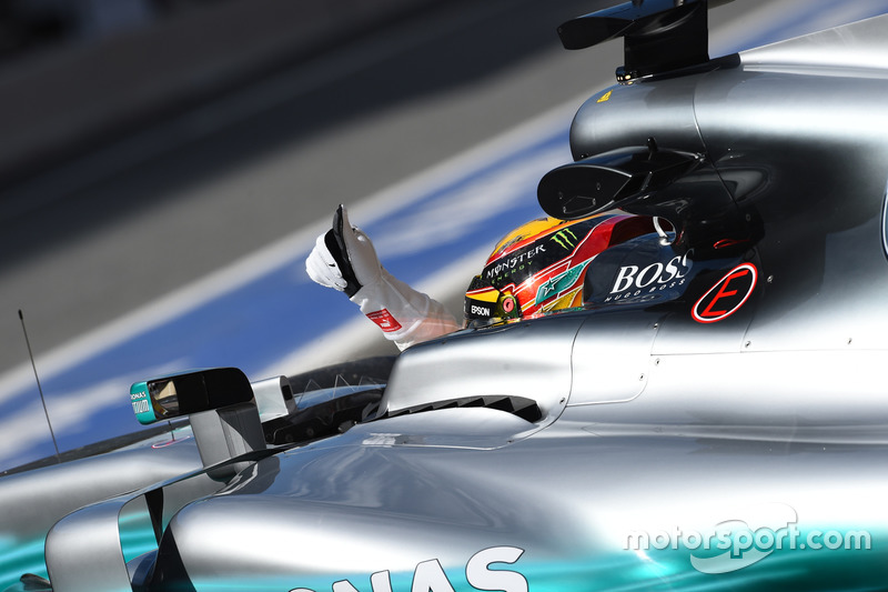 Lewis Hamilton, Mercedes-Benz F1 W08 salue les fans