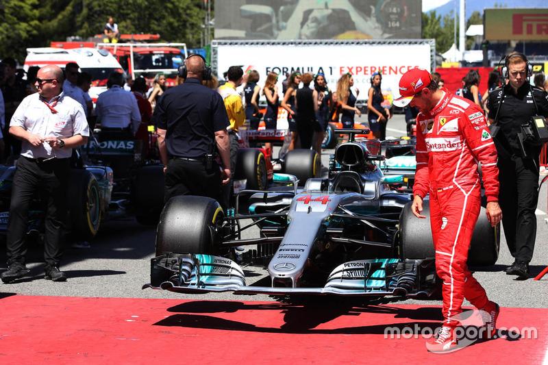 """No final, Vettel deu aquela """"conferida"""" no carro da Mercedes."""