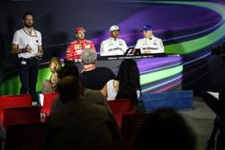Matteo Bonciani, delegado de medios de comunicación la FIA; Sebastian Vettel, Ferrari, ganador de la