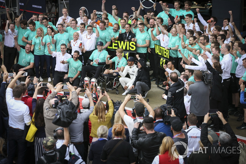 Льюіс Хемілтон, Валттері Боттас, Mercedes AMG F1, з командою і Біллі Монгером
