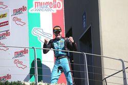 Il vincitore della gara Job Van Uitert, Jenzer Motorsport festeggia sul podio