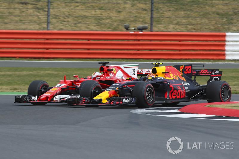 Макс Ферстаппен борется с Себастьяном Феттелем на Гран При Великобритании