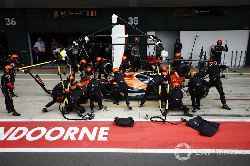 Stoffel Vandoorne, McLaren MCL32, en pits
