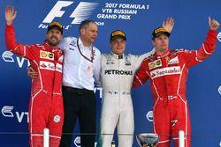 Sebastian Vettel Ferrari, Tony Ross, Ingeniero de carrera de F1 de Mercedes AMG, Valtteri Bottas, Mercedes AMG F1, Kimi Raikkonen, Ferrari