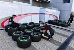 Механики Sahara Force India проверяют давление в шинах Pirelli