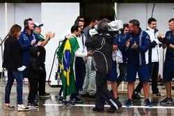 Felipe Massa, Williams, est applaudi par son équipe dans les stands après avoir abandonné