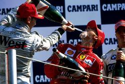 Podium : Mika Hakkinen, McLaren et le vainqueur Michael Schumacher, Ferrari