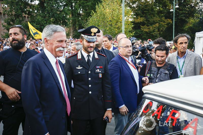 Chase Carey, jefe de Formula One, en el desfile de Milán