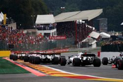 Jolyon Palmer, Renault Sport F1 Team RS17, Lance Stroll, Williams FW40, Romain Grosjean, Haas F1 Team VF-17, chase the leading pack at the start