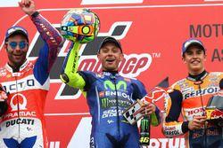 Podio: il secondo classificato Danilo Petrucci, Pramac Racing, il vincitore della gara Valentino Ros