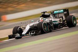 Lewis Hamilton, Mercedes AMG F1 W07 Hybrid in pista con i sensori per i rilievi aerodinamici