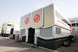 LKWs vom Haas F1 Team in der Boxengasse