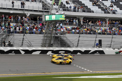 Checkered Flag for #4 Corvette Racing Chevrolet Corvette C7.R: Oliver Gavin, Tommy Milner, Marcel Fä