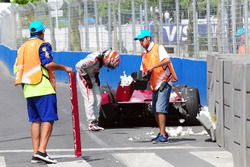 Loic Duval, Dragon Racing, überprüft die Schäden an seinem Auto