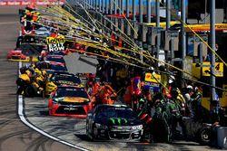 Acción en los pits de Kurt Busch, Stewart-Haas Racing Chevrolet
