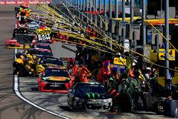 Actie tijdens de pitstops met Kurt Busch, Stewart-Haas Racing Chevrolet