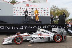 Podio: ganador de la carrera Juan Pablo Montoya, Team Penske Chevrolet, segundo lugar Simon Pagenaud