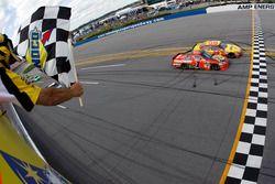 Kevin Harvick, Richard Childress Racing Chevrolet toma la bandera de a cuadros por delante de Jamie