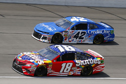 Kyle Busch, Joe Gibbs Racing, Toyota Camry Skittles Red White & Blue, Kyle Larson, Chip Ganassi Racing, Chevrolet Camaro Credit One Bank