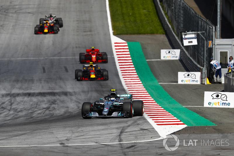 Bottas fez a pole no GP da Áustria, mas perdeu a ponta na largada. Ainda na primeira volta, conseguiu ganhar posições até ficar em segundo