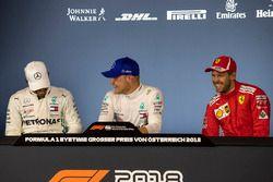Zwycięzca kwalifikacji Valtteri Bottas, Mercedes AMG F1, drugi Lewis Hamilton, Mercedes AMG F1 i trzeci Sebastian Vettel, Ferrari