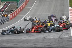 Льюис Хэмилтон, Mercedes AMG F1 W09, Кими Райкконен, Ferrari SF71H, и Валттери Боттас, Mercedes AMG F1 W09