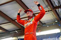 Ganador de la carrera Kyle Busch, Joe Gibbs Racing, Toyota Camry Skittles Red White & Blue celebra