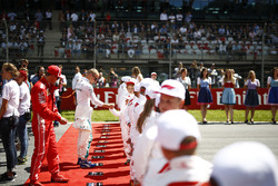 Sebastian Vettel, Ferrari, en Valtteri Bottas, Mercedes AMG F1, met de Grid Kids