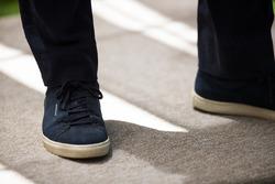 Zapatos de Alejandro Agag, CEO de Formula E en la Ceremonia de Inauguración del stand de E-Village d