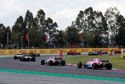 Les commissaires agitent les drapeaux devant les pilotes, dont Esteban Ocon, Force India VJM11 and Sergio Pérez, Force India VJM11, au milieu des débris