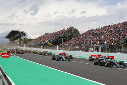 Lewis Hamilton, Mercedes AMG F1 W09, Valtteri Bottas, Mercedes AMG F1 W09, Sebastian Vettel, Ferrari SF71H, Kimi Raikkonen, Ferrari SF71H, Max Verstappen, Red Bull Racing RB14, Daniel Ricciardo, Red Bull Racing RB14, the rest of the field at the start