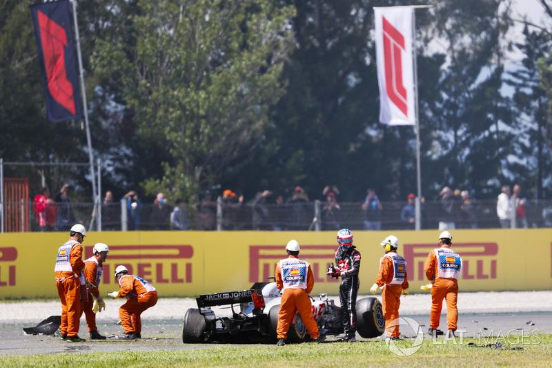 Romain Grosjean, Haas F1 Team VF-18, sale de su auto dañado después de un accidente de vuelta uno