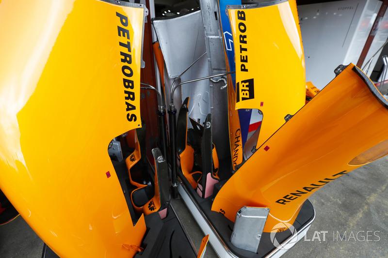 Carrocería McLaren fuera del garaje de boxes del equipo