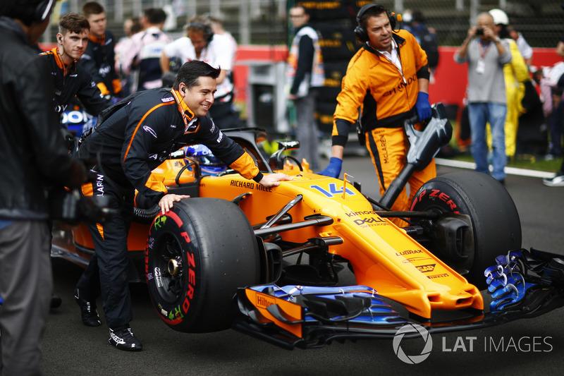 Fernando Alonso, McLaren, llega a la parrilla