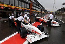 Выпускающий редактор журнала F1 Racing Стюарт Кодлинг и гонщик двухместного автомобиля F1 Experience