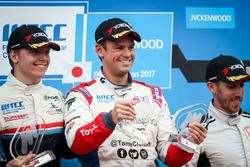 Podium: Ganador, Tom Chilton, Sébastien Loeb Racing, Citroën C-Elysée WTCC, segundo, Yann Ehrlacher,