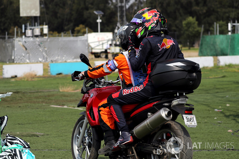 Race retiree Brendon Hartley, Scuderia Toro Rosso gets a ride with a Marshal on a motorbike after retiring with engine failure