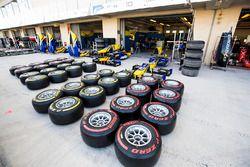 Des pneus Pirelli devant le garage DAMS