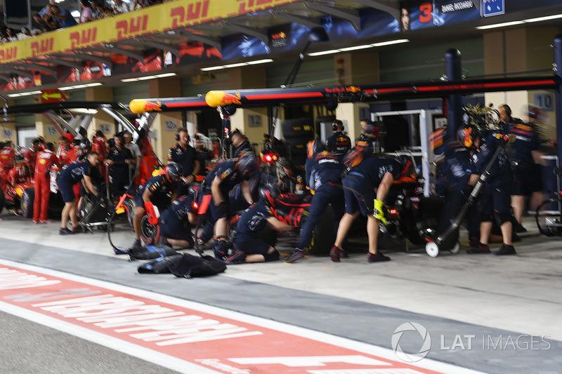 Red Bull ekibi pit stop antrenmanı