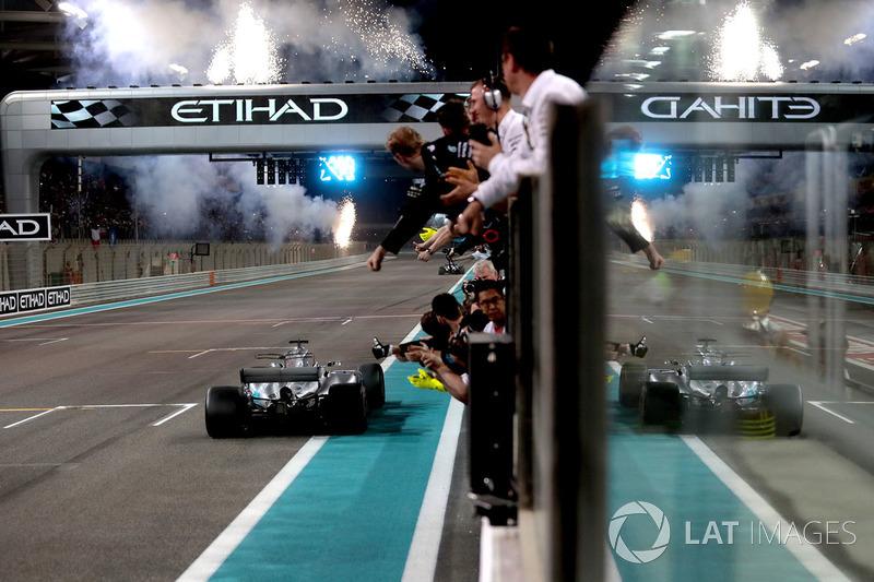 Valtteri Bottas, Mercedes-Benz F1 W08 se lleva la bandera a cuadros