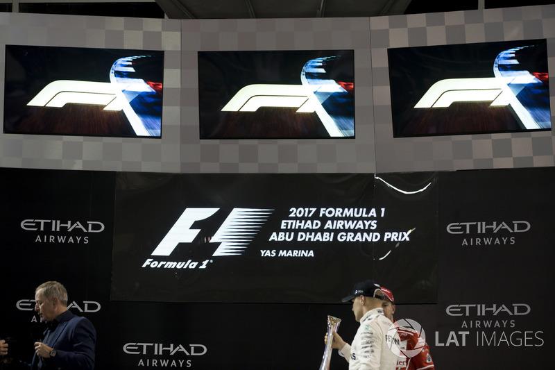 Podium: Ganador, Valtteri Bottas, Mercedes AMG F1 con el nuevo logo de F1 logos.