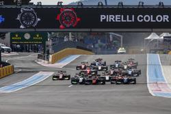Callum Ilott, ART Grand Prix, voor Pedro Piquet, Trident, Joey Mawson, Arden International en de rest bij de start