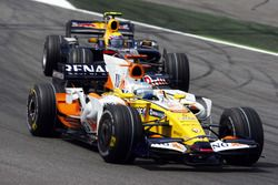 Fernando Alonso, Renault F1 Team R28, devance David Coulthard, Red Bull Racing RB4