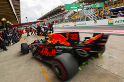Max Verstappen, Red Bull Racing RB13, prova un pit stop