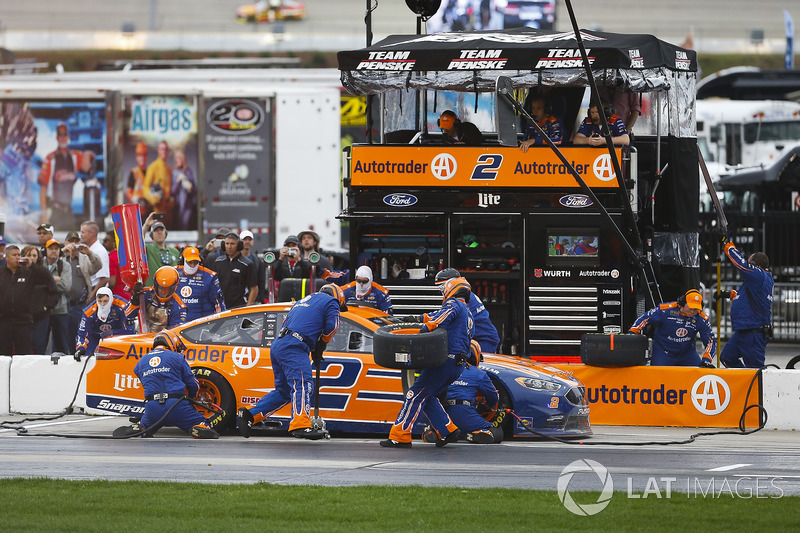 Brad Keselowski, Team Penske, Autotrader Ford Fusion pit stop