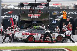 Joey Logano, Team Penske, Discount Tire Ford Mustang, pit stop