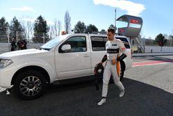 Stoffel Vandoorne, McLaren returns to the pits
