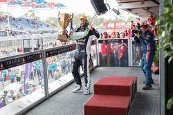 Podyum: Yarış galibi Shane van Gisbergen, Triple Eight Race Engineering Holden