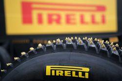 Pirelli çivili lastik detay
