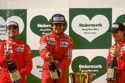 Podium : le vainqueur Alain Prost, McLaren, le deuxième Michele Alboreto, Ferrari, le troisième Stefan Johansson, Ferrari